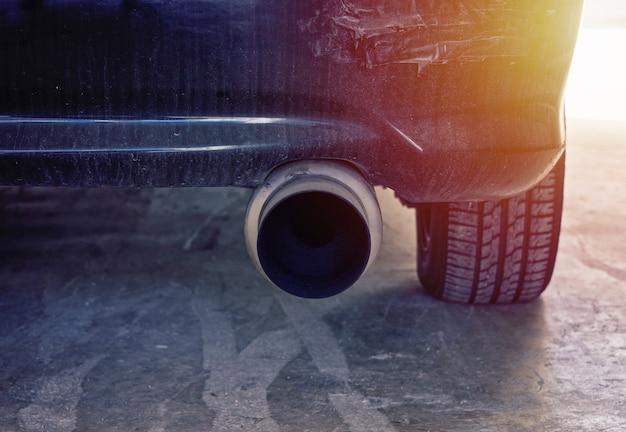 現代の車の強力な排気管のクローズアップ表示