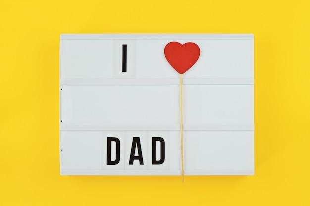 幸せな父の日フラットレイアウト。パパが大好きなテキスト付きライトボックス