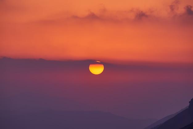 Пейзаж с чудесным золотым закатом в горах