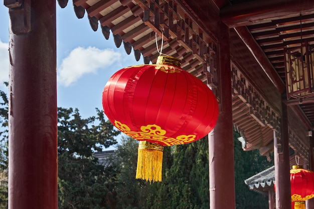 Традиционный китайский красный фонарь повешен в саду во время празднования китайского нового года