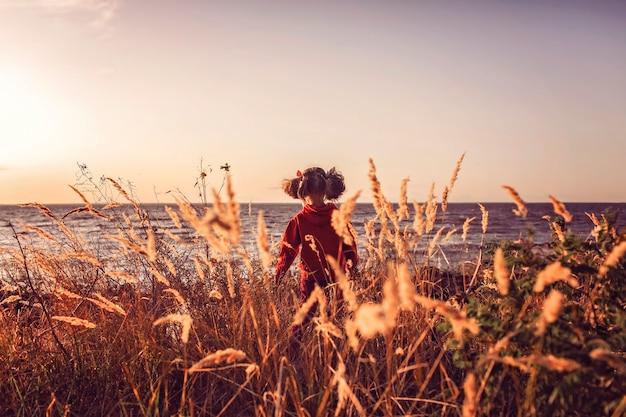 海の夕日を見てかわいい女の子