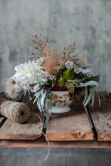 Большой букет из цветочных композиций на рабочий стол флориста.