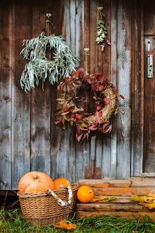 秋の花輪とカボチャのフロントポーチ
