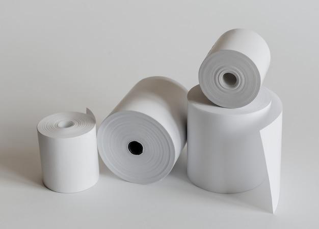 Рулон кассовой ленты, изолированные на мягкий серый.