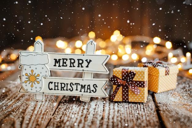 Счастливого рождества на дереве знаком с украшением