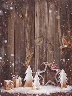 Новогоднее украшение на деревянном фоне