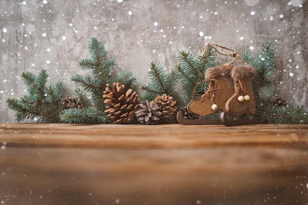 コンクリートの壁にクリスマスツリー