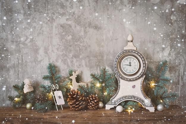 Новогоднее украшение на бетонной стене