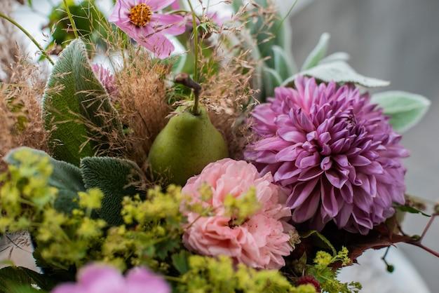 Большой букет из цветочных композиций на рабочий стол флориста на бетонную стену