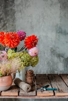 Большой букет из цветочных композиций на рабочий стол флориста