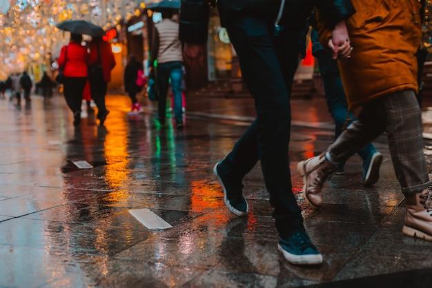 大都市の雨の夜、濡れた路面の光の反射。