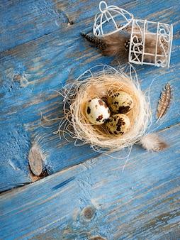 青い木製のテーブルにウズラの卵