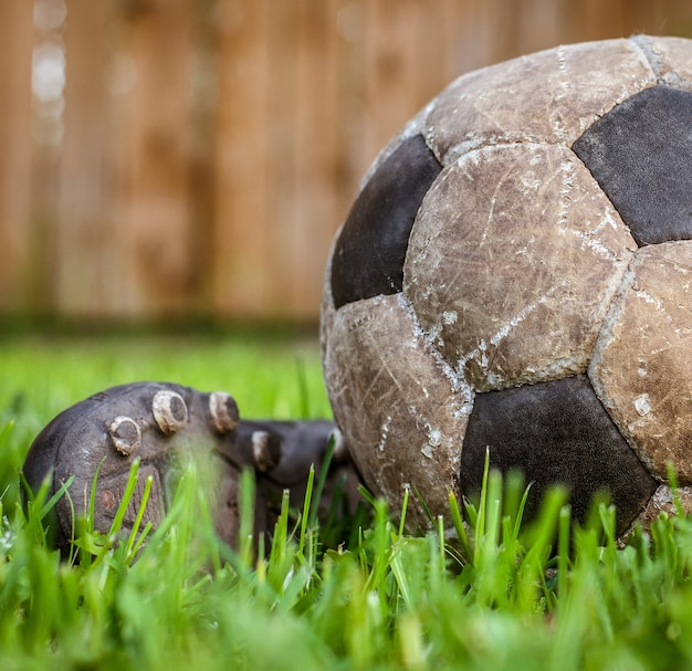 サッカーをする古いボール、スポーツの詳細