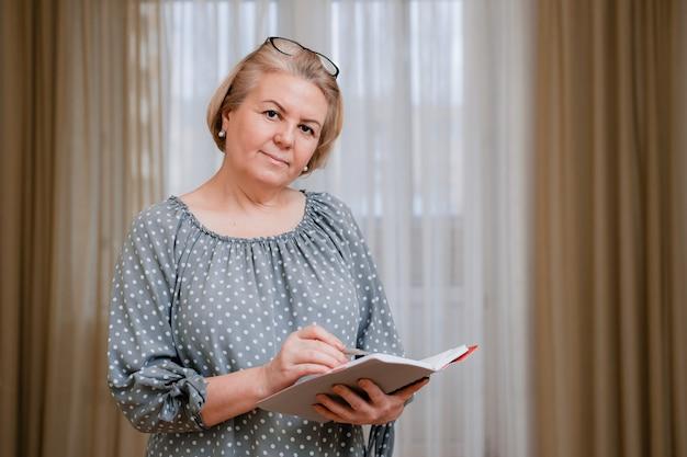部屋の美しい手入れの行き届いた年金受給者の肖像画。