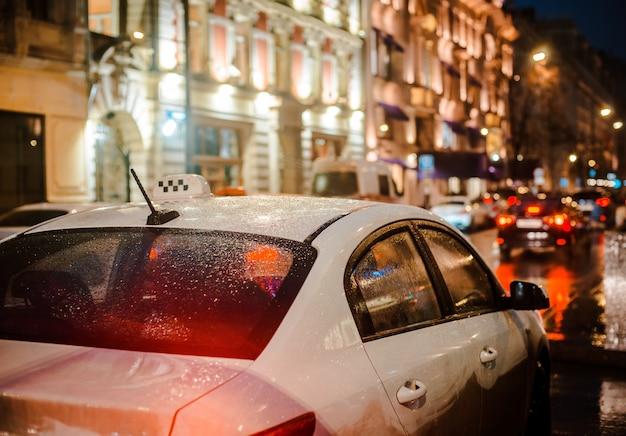 ぬれた夜市通り雨ボケ反射明るいカラフルなライト水たまり