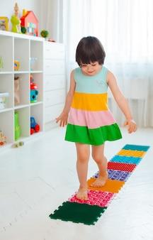 赤ちゃんのフットマッサージマットの幼児。整形外科のマッサージカーペットの脚の演習。扁平足と外反母趾の予防