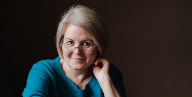 Портрет пожилой красивой женщины в отставке очки