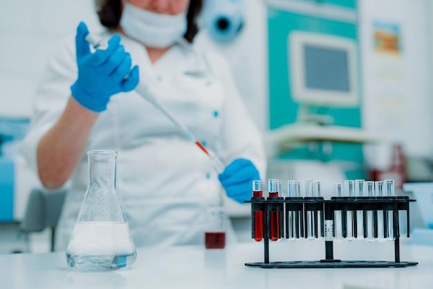 実験室で働いている科学者
