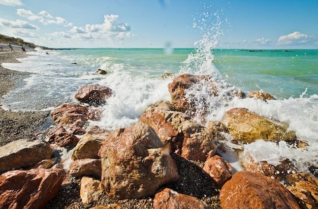 海の波と岩