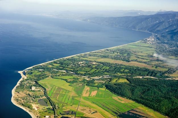 Вид сверху на побережье и горы абхазии