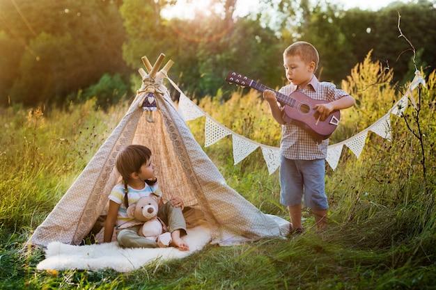 Дети в домике на природе