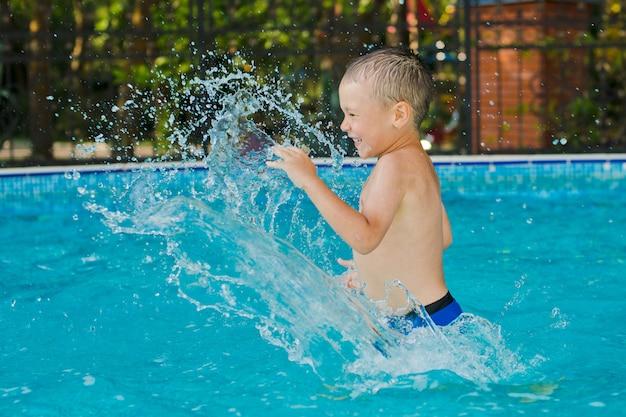 子供が子供用プールで遊んでいる
