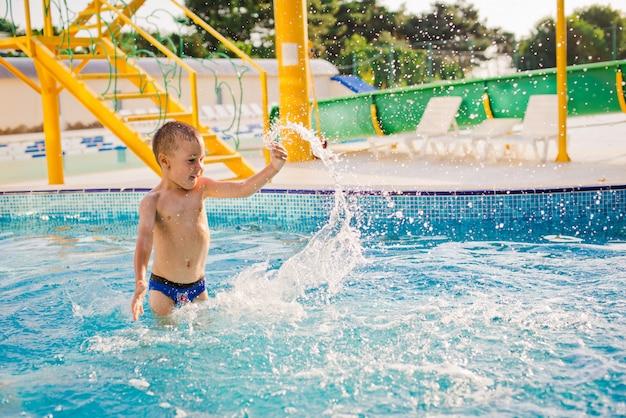 Ребенок играет в детском бассейне
