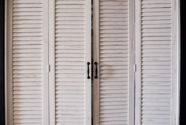 Закрытые окна белые деревянные старинные пустые рамки ставни
