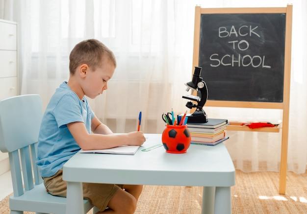 Школьник сидел дома в классе лежал письменный стол, заполненный книгами учебный материал школьник спит ленивый скучно