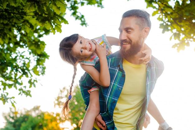 小さな女の子子供の娘と彼女の父、幸せな瞬間