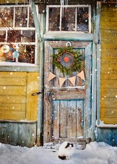 クリスマスの花輪と古い木製のドア
