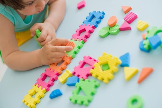 パズル、早期教育で遊ぶ少女