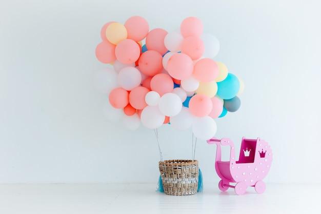 Праздничные воздушные шары с корзиной