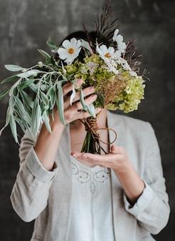 ガラスの花瓶に白い花の花束