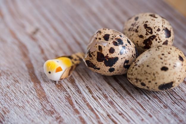 小さなウズラの卵と織り目加工の春の背景。エコプロダクツ