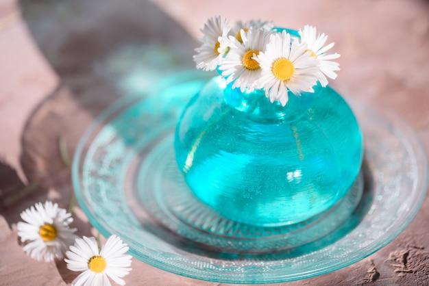 カモミール、青い花瓶のヒナギク