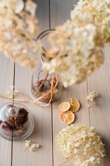 秋の静物、乾燥した紫陽花と木製の背景にレモン