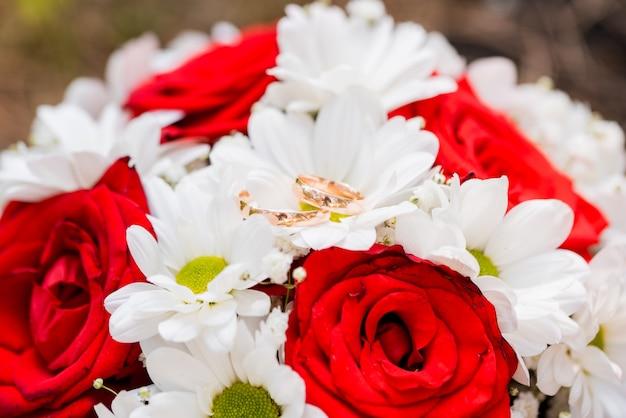 花嫁のためのカラフルな花のウェディングブーケ