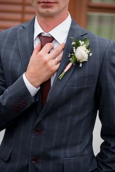 青いスーツの男性の腕はネクタイのクローズアップを設定します。ホワイトカラー管理職本気転職秘書生贅沢公式面接執行人結婚店企業優待採用準備
