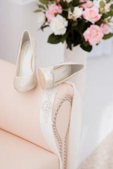 料金中に花嫁のための美しいブライダルアクセサリー。ドレッシングテーブル