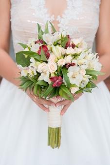 花嫁のウェディングブーケ。結婚式の日。幸せな花嫁花嫁のブーケ白い花の美しい花束。美しい花。
