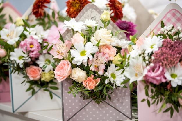 男性の花屋フラワーショップで美しい花束を作成する、クローズアップ