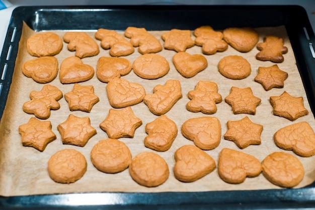 ベーキングシート上のベーキングシートにチョコレートジンジャーブレッドクッキーを焼きたて