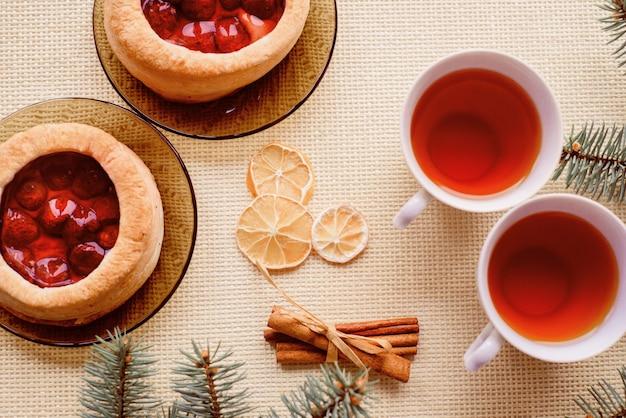 熱いお茶とケーキのマグカップ