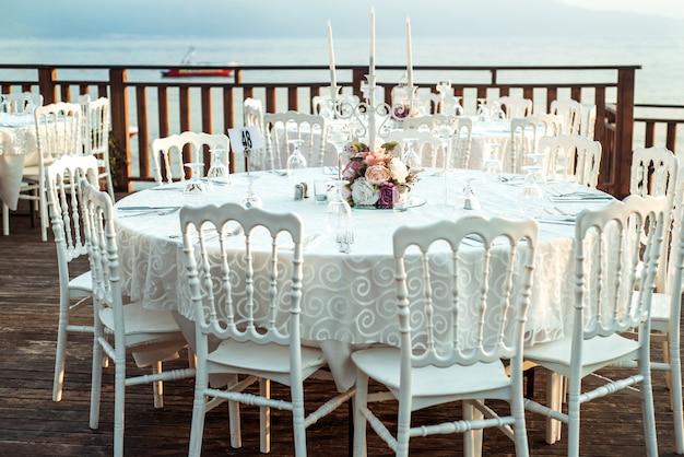 Украшенный для свадьбы элегантный обеденный стол на открытом воздухе