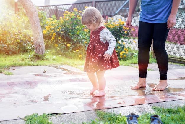 水に沿って歩く赤ちゃんの足