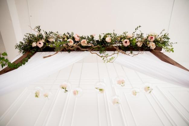 花と結婚式のアーチ