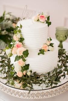 自然の装飾とウェディングケーキ