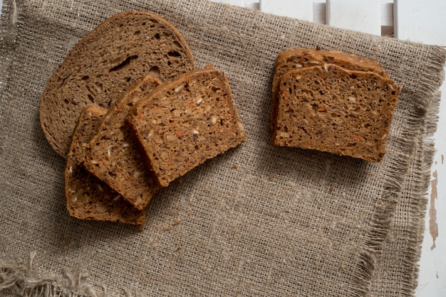 木製のテーブル背景に焼きたてのパンの品揃え