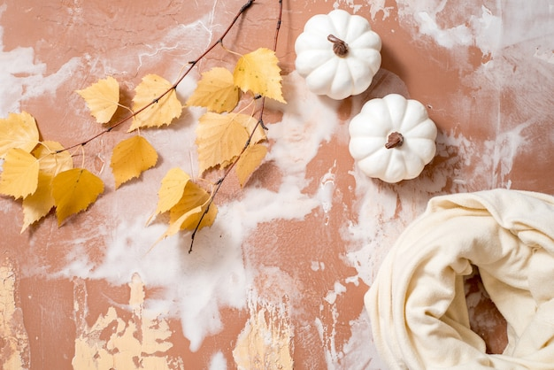 Сухие осенние желтые листья березы на бетоне. уютная осень